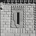 Overzicht van de terracotta brievenbus in de voorgevel van het internaat - Zeist - 20428907 - RCE.jpg