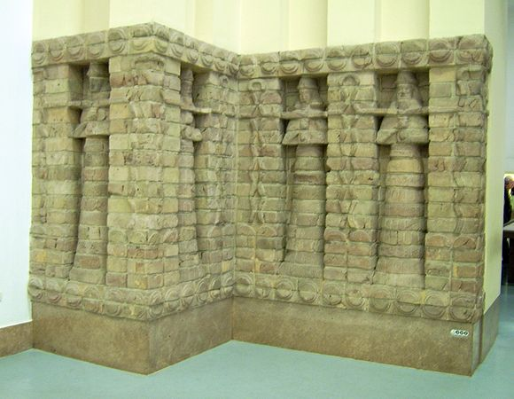 Part of the front of a Babylonian temple to Ishtar in Uruk, built c. 1415 BC, during the Kassite Period (c. 1600 BC - c. 1155 BC) Part of front of Inanna temple of Kara Indasch from Uruk Vorderasiatisches Museum Berlin.jpg
