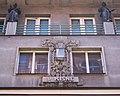 Perlová ulice, dům V Kisně, domovní znamení a sochařská výzdoba.jpg