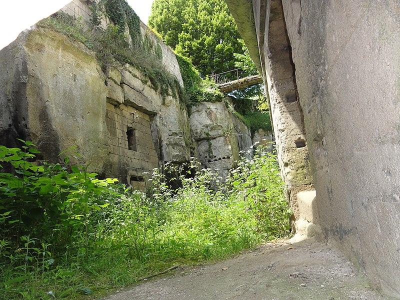 Château de Pernant, Monument historique, détail vu par un trou du portail