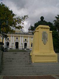 Busto de José Félix Ribas en la Plaza La Pastora, al fondo Iglesia La Pastora