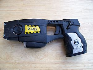 English: Police issue X26 TASER Deutsch: Ein T...