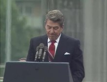 Ficheiro:President Ronald Reagan's Speech at the Berlin Wall, June 12, 1987.webm