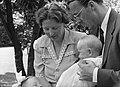 Prinses Beatrix, prins Bernhard en prinses Juliana met prinses Margriet in Canad, Bestanddeelnr 900-9728.jpg