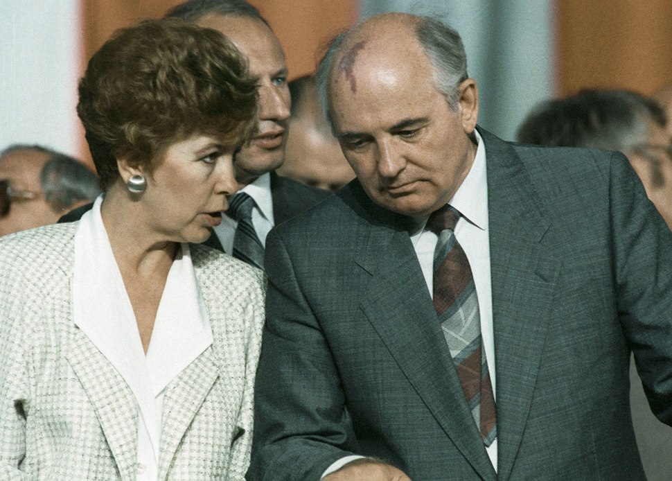 RIAN archive 28133 Gorbachev with spouse in Poland