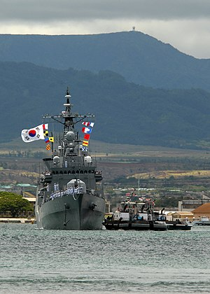 ROKS Yang Manchoon (DDH 973) with tug in Pearl Harbor RIMPAC 2008 US Navy 080624-N-4965F-226.jpg