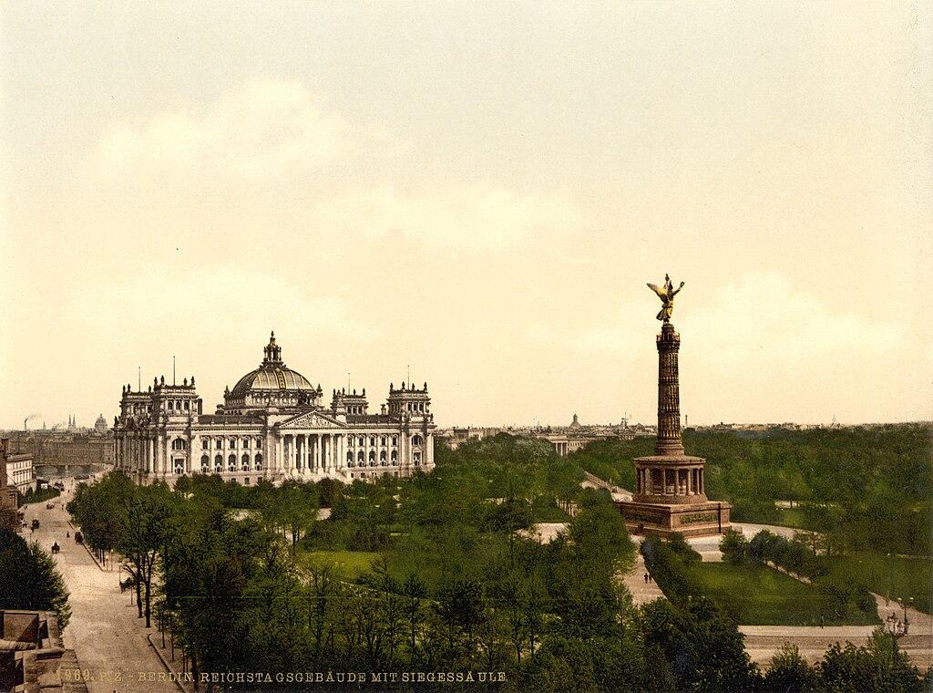 Colonne de la victoire en face du Parlement Reichstag à Berlin vers 1900. La colonne sera ensuite déplacée.