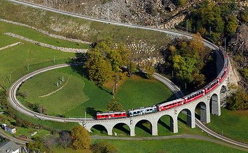 Rhätische Bahn: Blick auf das Kreisviadukt von Brusio der Berninabahn (UNESCO-Welterbe in der Schweiz und Italien).