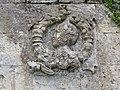 Royaucourt-et-Chailvet (Aisne) portail de domaine médaillon sculpté droite.JPG