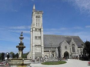 Saint-Jean-du-Doigt - The fountain and the church in Saint-Jean-du-Doigt