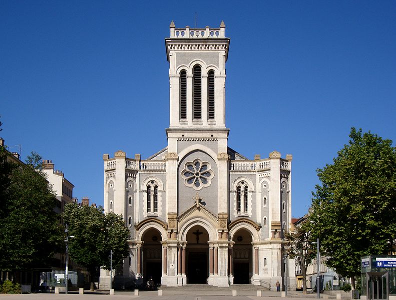 http://upload.wikimedia.org/wikipedia/commons/thumb/1/13/Saint-etienne_cathedrale.JPG/791px-Saint-etienne_cathedrale.JPG