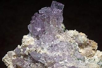 Scapolite - Image: Scapolite, elbaïte, cleavelandite 7100.1.2830