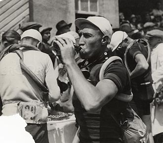 1933 Tour de France - Image: Schepers neemt slok water Schepers drinking water