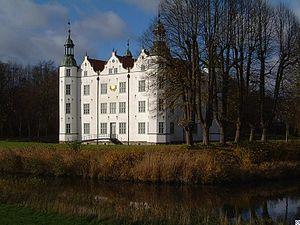 Ahrensburg - Image: Schloss.Ahrensburg.w mt
