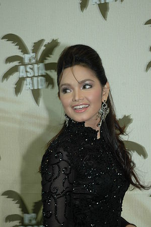 Siti Nurhaliza - Siti Nurhaliza attending the red carpet ceremony of the MTV Asia Aid 2005 in Bangkok on 3 February 2005.