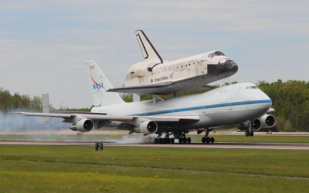 space shuttle discovery at dulles airport - photo #1