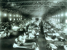 viele Betten in einem Militär-Notfallkrankenhaus mit kranken Menschen sitzend und liegend