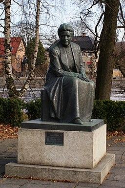 Statue af Selma Lagerlöf i teaterparken.