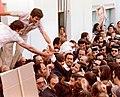 Suárez entre la multitud.jpg