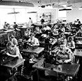 Tekoindustri. Kvinnor syr handskar i Laholm - Nordiska museet - NMA.0029900.jpg