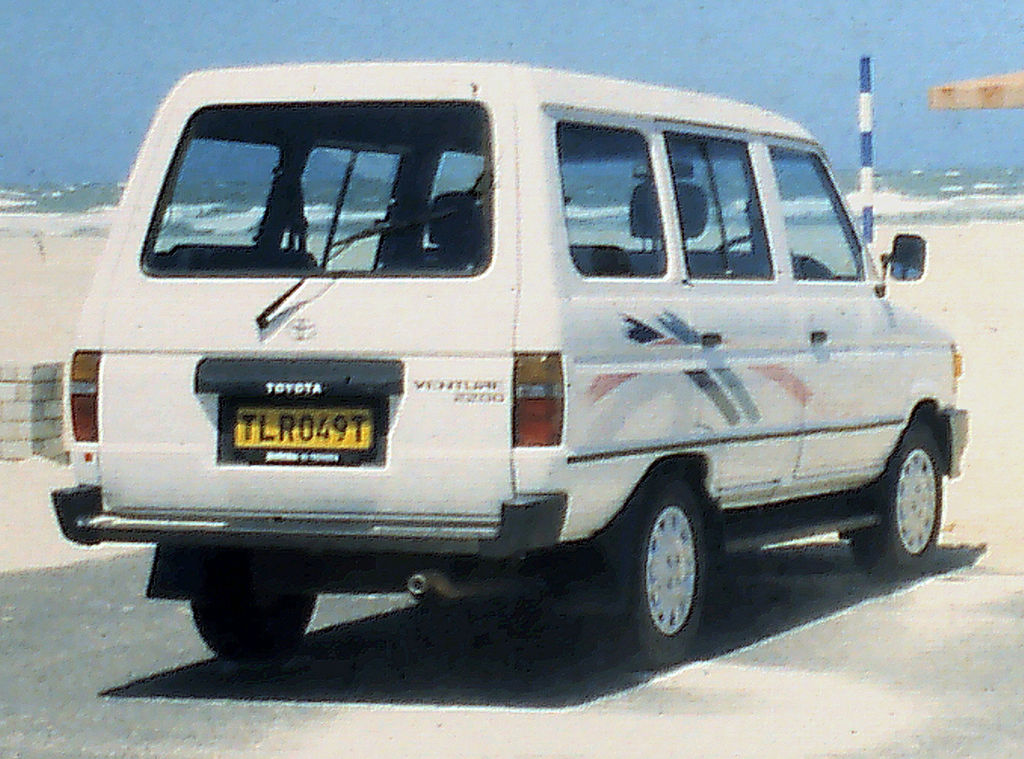 File:Toyota Venture van rear, ZA 1995.jpg - Wikimedia Commons