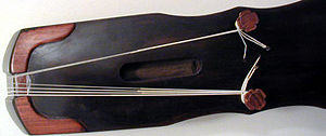 Guqin strings - How the qin is traditionally strung; the strings wrap around the goose-feet. Strings 1 to 4 on the outer foot, and strings 5 to 7 on the inner foot. Image courtesy of Chinese Culture Net