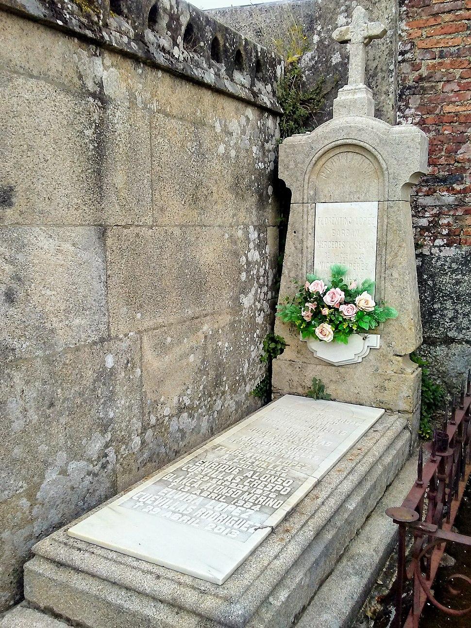 Sepultura no cemiterio de San Francisco de Ourense.