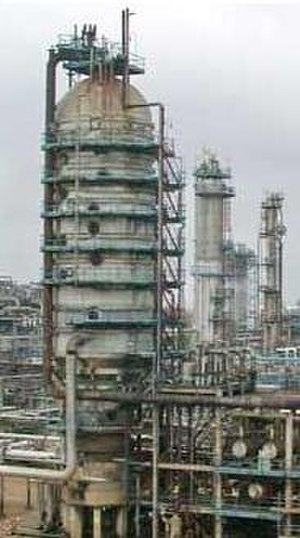 Continuous distillation - Image 2: A crude oil vacuum distillation column as used in oil refineries