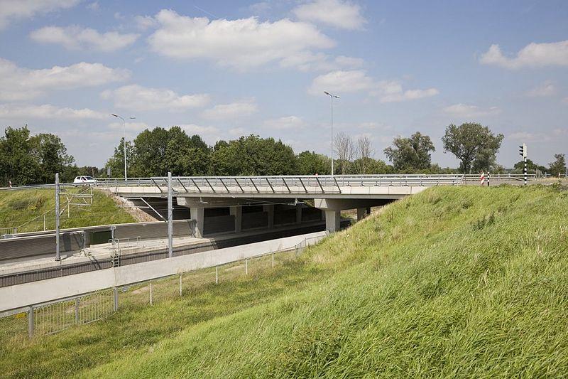 File:Viaduct over de Betuwelijn bij Tiel - Tiel - 20409647 - RCE.jpg