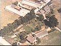 Voor- en zijgevel (onderste bungalow). Luchtfoto Holland nr. 2048-30. - Renswoude - 20481237 - RCE.jpg