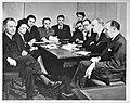 Vrij Nederland in Londen. De wekelijkse redactievergadering. Vlnr. Dr. M. van , Bestanddeelnr 935-2346.jpg