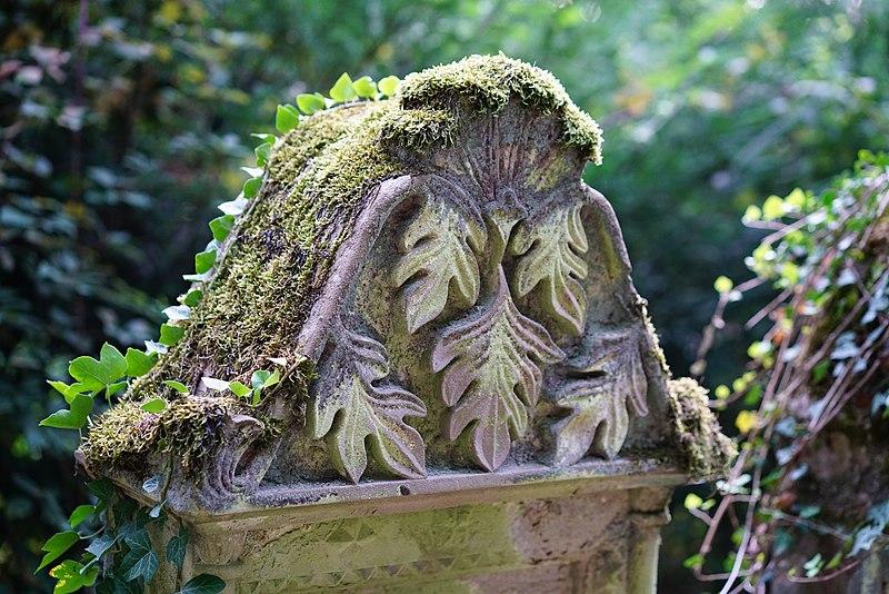File:Waibstadt - Jüdischer Friedhof - Neuer Teil Reihe 1 - Grab-Giebel mit Akanthus-Blättern 1.jpg