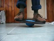 Fichier:Wobble board stood on with shoes 09B.ogv