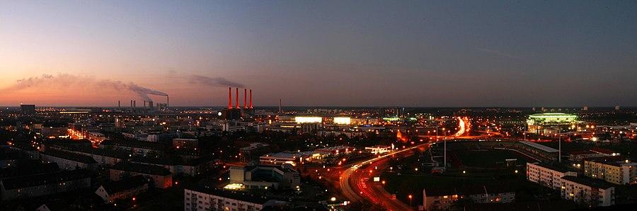 Wolfsburg - no fundo: instalações e a fábrica da Volkswagen