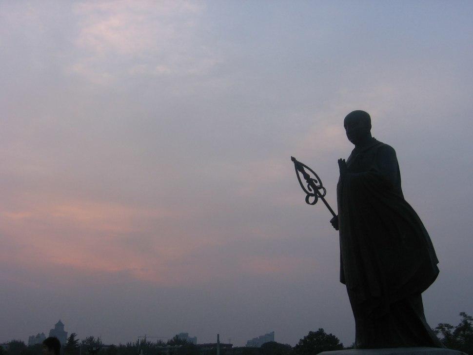 Xuanzang Da Yan Ta statue