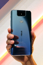 De glazen achterkant van een ZenFone 6 in Twilight Silver