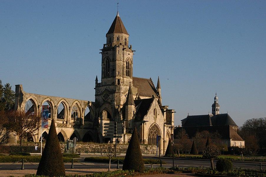 Églises Saint-Étienne-le-Vieux (à gauche) et Notre-Dame-de-la-Gloriette (à droite) depuis l'esplanade Jean-Marie Louvel à Caen (Calvados)