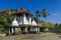 Überdachte Stupa (25758971716).jpg