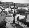 Železen nagrobni križ na pokopališču v Žužemberku. Ti križi po verjetnosti večidel izdelki železarske fabrike v Dvoru (vliti izdelki iz 19. stoletja) 1957 (8).jpg
