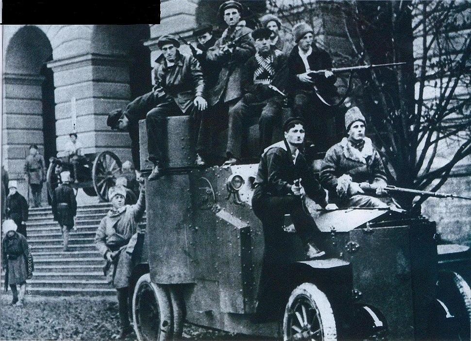 Броневик у Смольного 1917