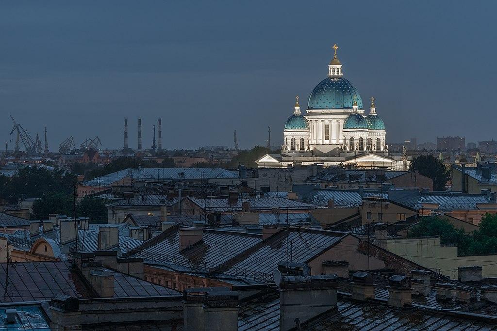 Cathédrale de la Trinité (Saint-Pétersbourg) la nuit au-dessus des toits mouillés de Saint Petersbourg.