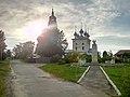 Церковь Покрова Богородицы и памятник 850-летия Клязьменского городка.jpg