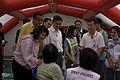 นายกรัฐมนตรี ตรวจเยี่ยมเต้นท์แพทย์ DMAT ภูเก็ต ณ วัดถ้ - Flickr - Abhisit Vejjajiva (3).jpg
