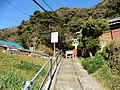 踏み切りへ続く道 - panoramio.jpg