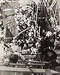 끊어진 대동강 철교를 오르는 피난민들 1950-12-03.jpg