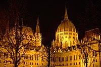 03 2019 photo Paolo Villa - F0197920 - Budapest - Parlamento - notte - luci - alberi - cupola - Neomedievalismo Neogotico.jpg