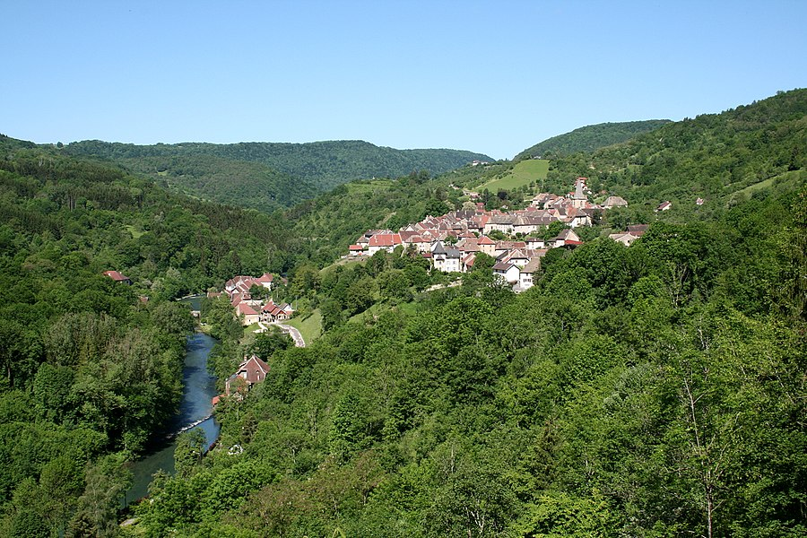 Mouthier-Haute-Pierre  (Doubs - France), the Loue (river) and the village.
