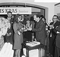 10 jaar Kris Kras (jeugdblad), de prijswinnares ontvang prijs van de heer Vaarzo, Bestanddeelnr 917-0746.jpg