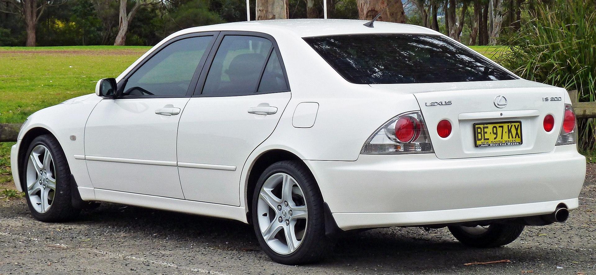1920px-1999-2005_Lexus_IS_200_%28GXE10R%