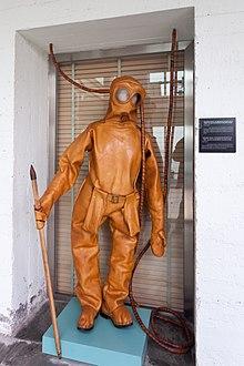 a7efda46a Antiguo equipo de buceo expuesto en el Museo del Mar de Galicia.